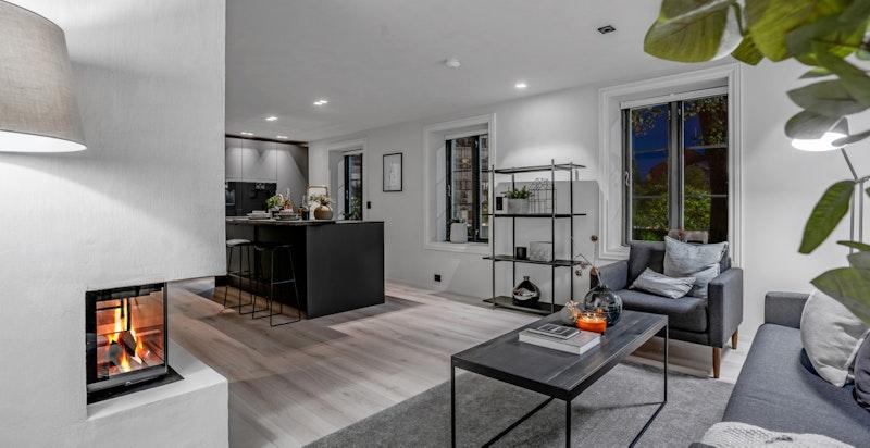 Stuen har god plass til sofa med tilhørende møblement.