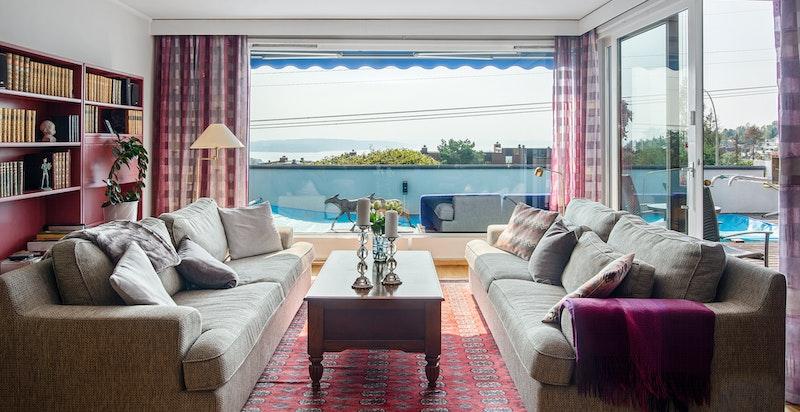 Du har nydelig utsikt også fra sofaen.