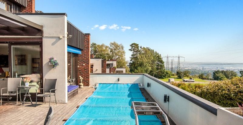 Terrassen er på totalt 85 kvm og har et romslig svømmebasseng.