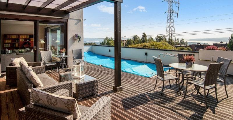 Leiligehten har et stort basseng på på terrassen på 8x2,5 meter.