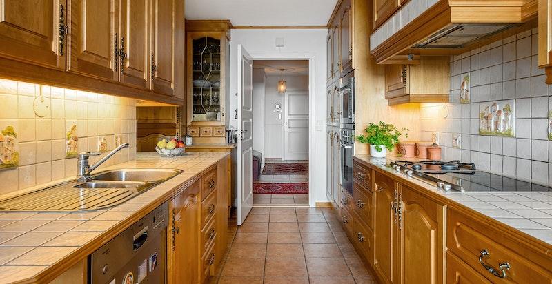 Det er godt med arbeids- og oppbevaringsplass på kjøkkenet.