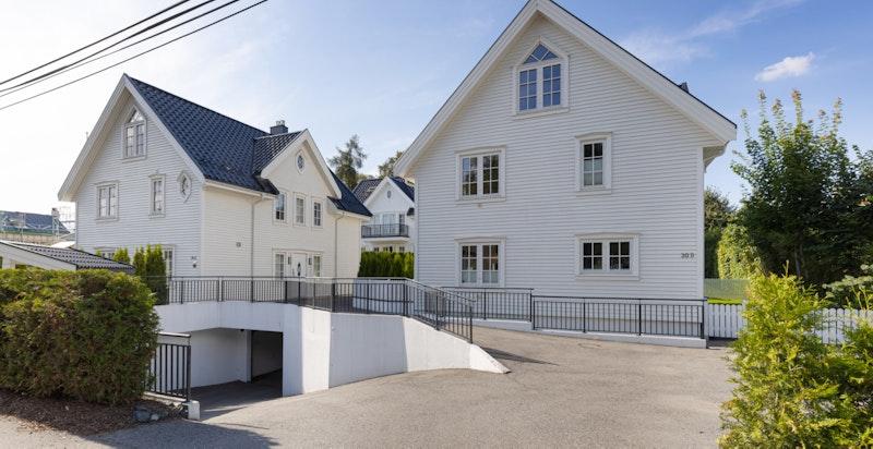 Fasade fra Bygdøynesveien. Nedkjøring til garasje (2 plasser) med direkte adkomst til boligen