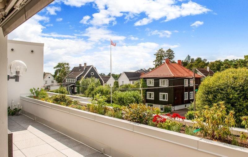 Hyggelig utsyn fra terrassen mot vest - med gode solforhold
