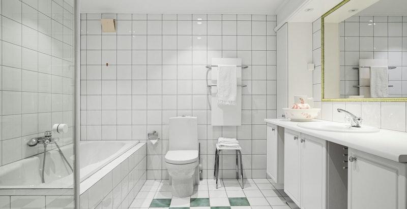 Bad tilknyttet hovedsoverom med badekar og dusjnisje