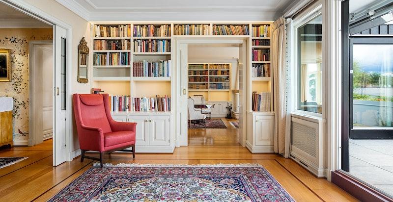 Fra bibliotek/stue. Plassbygget bokhylle og vakre gulv.