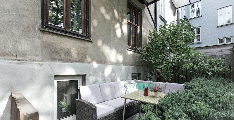 Markterrasse som benyttes av leiligheten og er ypperlig for grilling og hygge