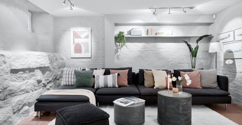 Hyggelig stue som har flislagt gulv med varmekabler.