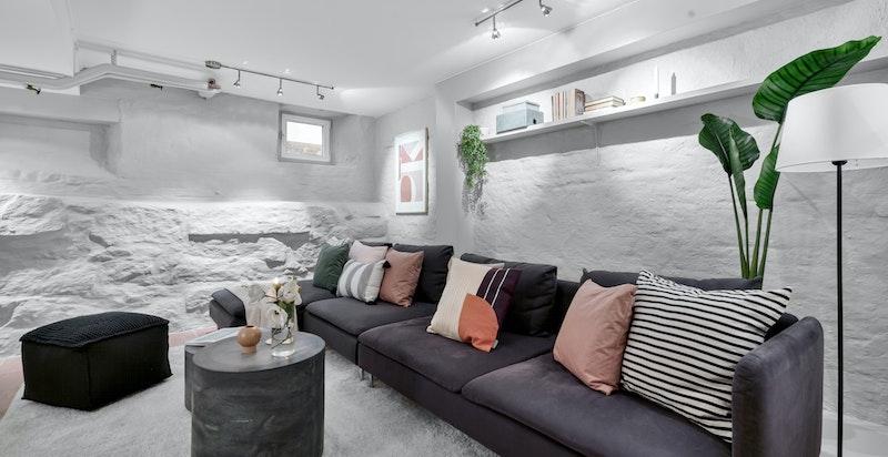 Stuen nede er lun og koselig om vinteren og sval på varme sommerdager