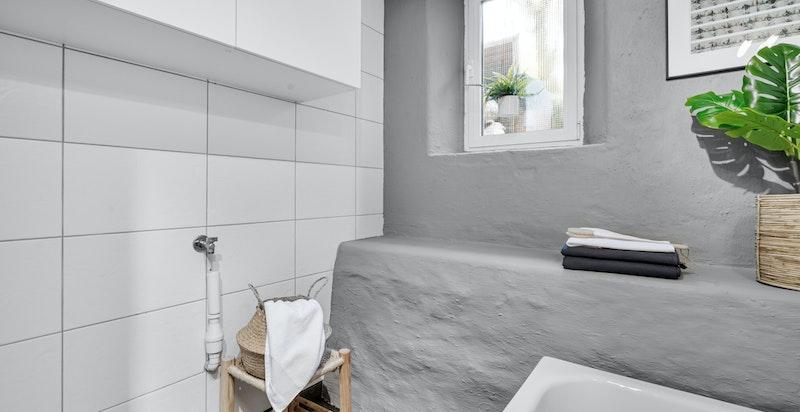 Badet har god plass til vaskemaskin og tørketrommel