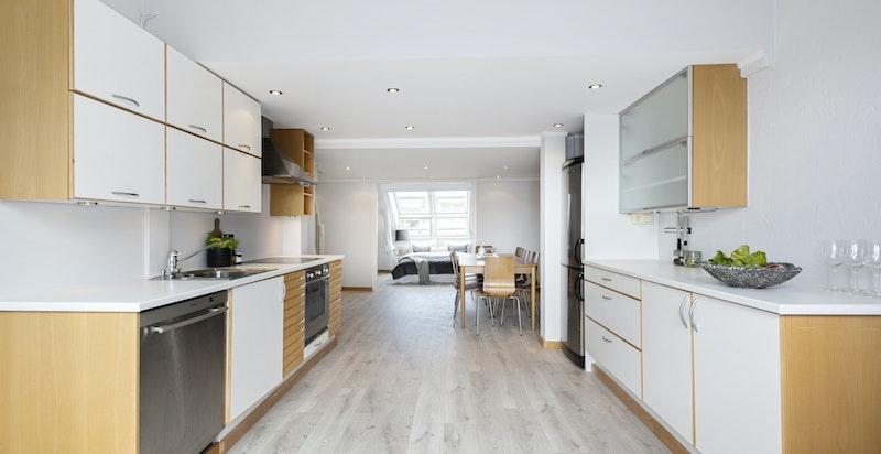 Pent og moderne kjøkken med kvalitetshvitevarer.
