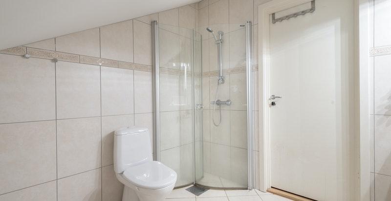Det er opplegg og plass til vaskemaskin og tørketrommel på baderommet.