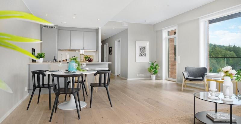 Store vindusflater på to sider i leiligheten gir et godt og naturlig lysinnslipp.