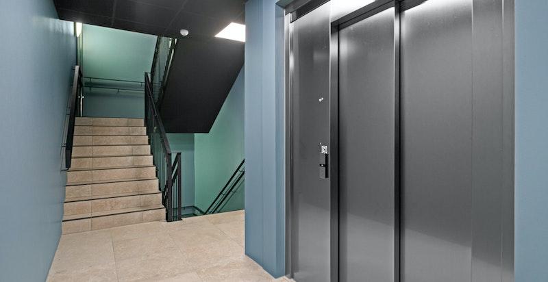 Heisen i bygget tar deg fra garasjekjelleren og opp til leilighetens plan.
