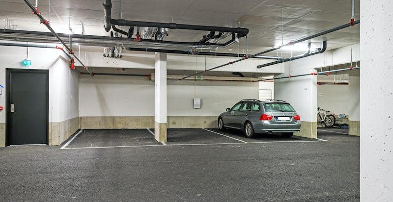 Garasjeplass i kjeller medfølger.