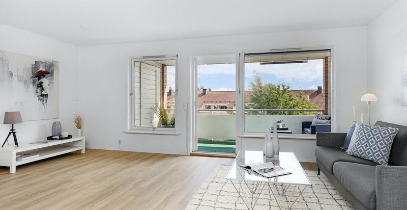 En lys og tiltalende 3-roms leilighet med heis og usjenert veranda
