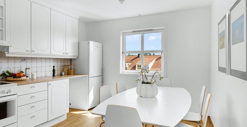 Stort og romslig kjøkken med god plass til spisebord