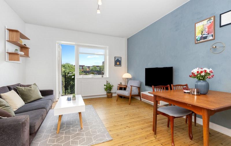 Romslig stue med gode innredningsmuligheter og utgang til balkong