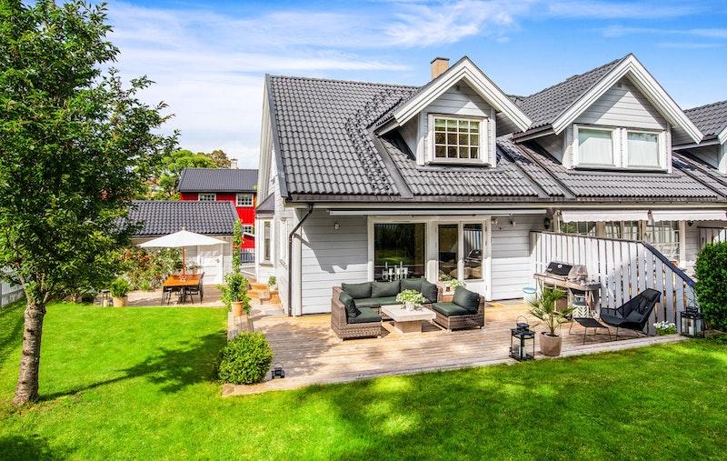 Stor solrik terrasse på ca 66 kvm og idyllisk opparbeidet hage
