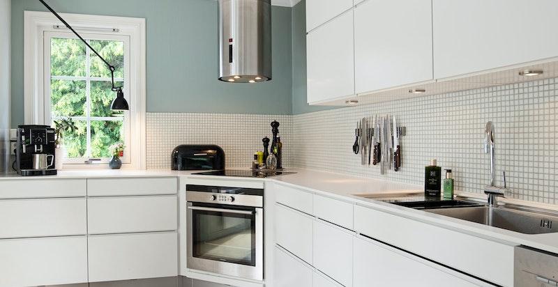 Invita kjøkkeninnredning med god skap- og benkeplass og integrerte hvitevarer