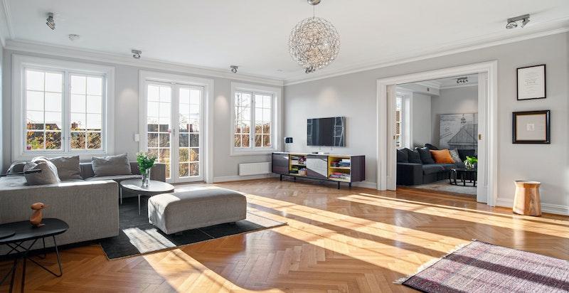 Stuen med stor takhøyde og vakker kleberstenspeis