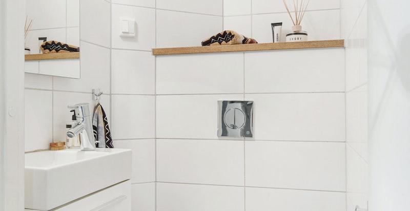 Praktisk separat wc, pusset opp i 2012.