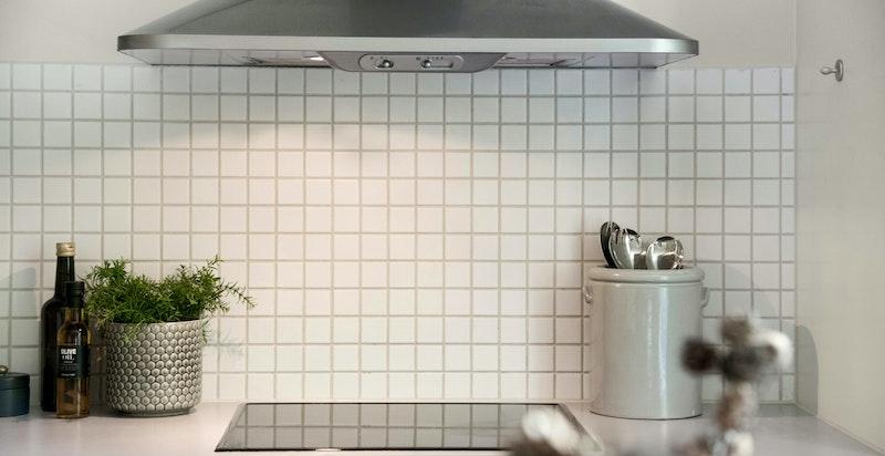 Kjøkkenet har integrerte hvitevarer, samt opplegg til oppvaskmaskin.