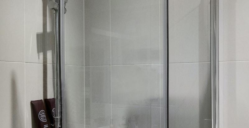 Moderne dusjhjørne med vannfallsdusj