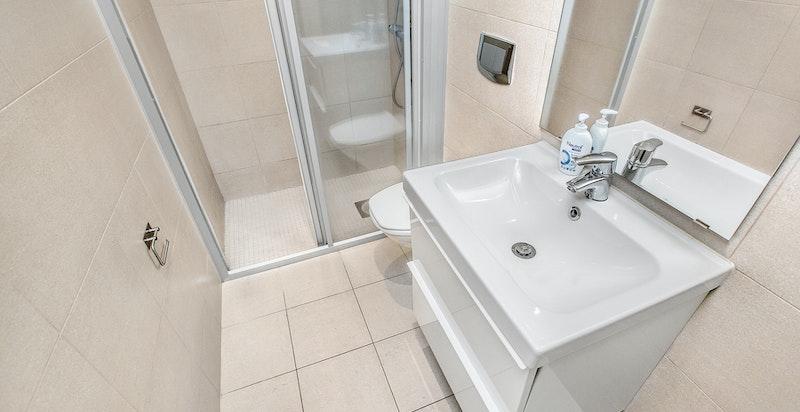 Pene flislagt bad/wc tilknyttet hybelene i kjeller