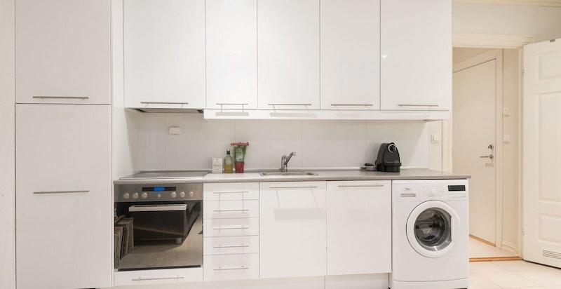 Begge hybeldeler i kjelleretasjen er utstyrt med kjøkken/stue med integrerte hvitevarer, eget bad, og har egen inngang fra kjelleretasjen