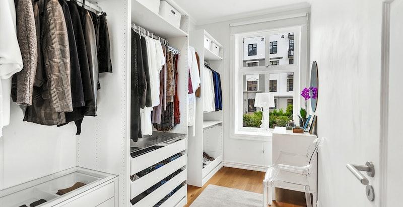 Soverom 2 - som i dag benyttes som romslig walk-in garderobe
