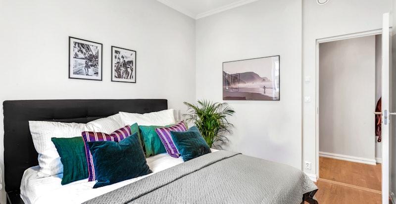 God plass til dobbeltseng (200 x 200cm) på soverommet. Med en noe mindre dobbelseng åpnes plass for garderobeskap