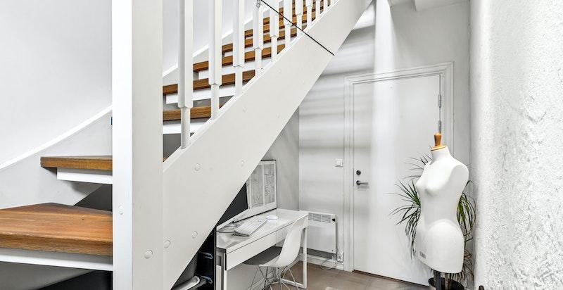 Mulighet for kontorløsning under trappen i kjeller - dør ut til felles entré og hyblene