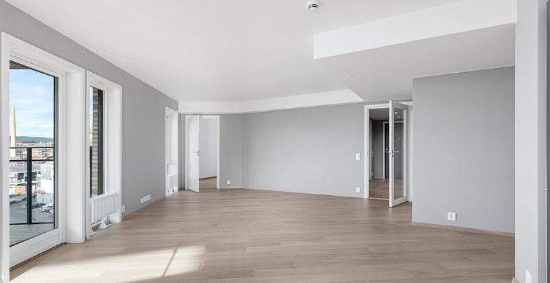 Stuen er romslig med god plass til stuemøblement og spisestue.