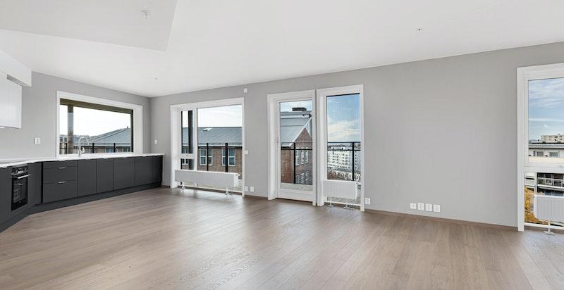 Innvendig har leiligheten 1-stavs eikeparkett på gulv i oppholdsrom, påkostede tilvalg med bl.a elko pluss.