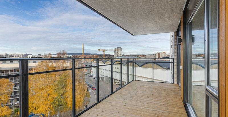 Solen får du inn på balkong fra tidlig formiddag til solnedgang midtsommers.
