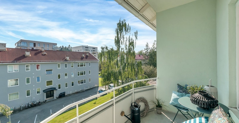 Boligen ligger i øverste etasje som gir fint utsyn og gode solforhold