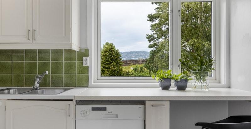 Fra kjøkkenvinduet er det hyggelig utsikt, blant annet mot Holmenkollen
