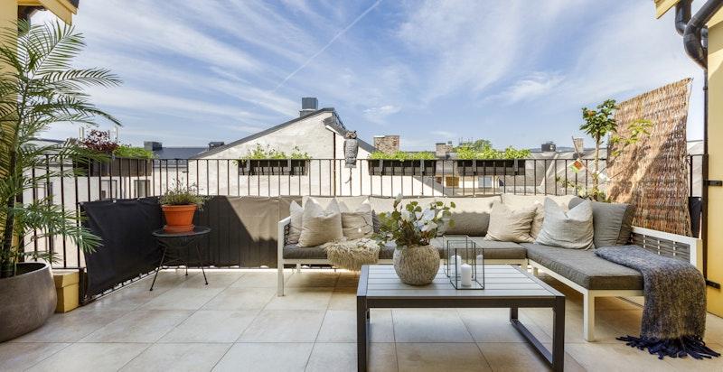 Stor terrasse med nydelig ettermiddags- og kvelssol. Stille og luftig midt i byen.
