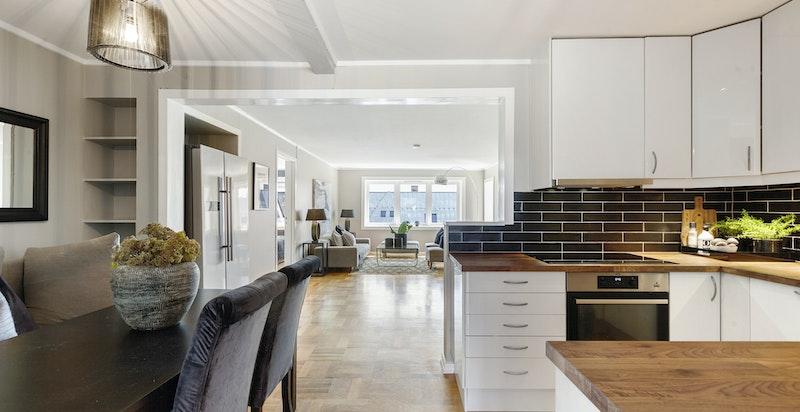 Hyggelig kjøkken i halvåpen løsning - nylig oppgradert