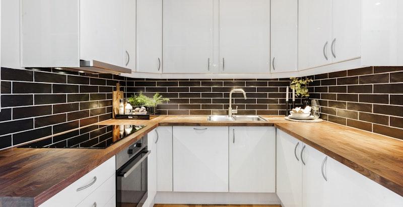 Kjøkken - integrerte hvitevarer. Heltre benkeplate + fliser fra 2019
