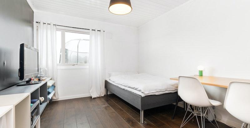 I denne etasjen er det tre gode soverom, hvor alle har rolig beliggenhet, god plass til seng, garderobe og annen møblering.