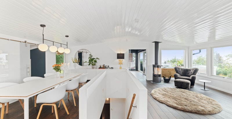 En flott kjøkkenøy fungerer som romdeler inn mot spisestuen. En kostbar benkeplate i granitt er prikken over i?en.