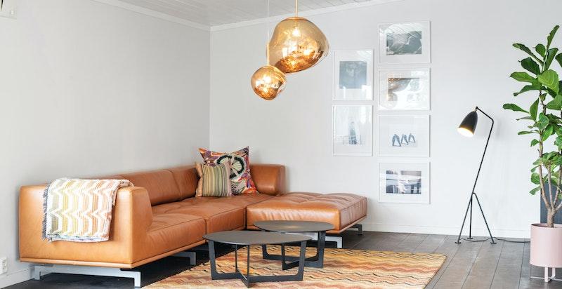 Det er flere møbleringsmuligheter i stuen, og den er naturlig inndelt. Vegger og tak nymalt i august 2019. Boligens flotte tregulv er satt inn med ny hardvoksolje i 2019.
