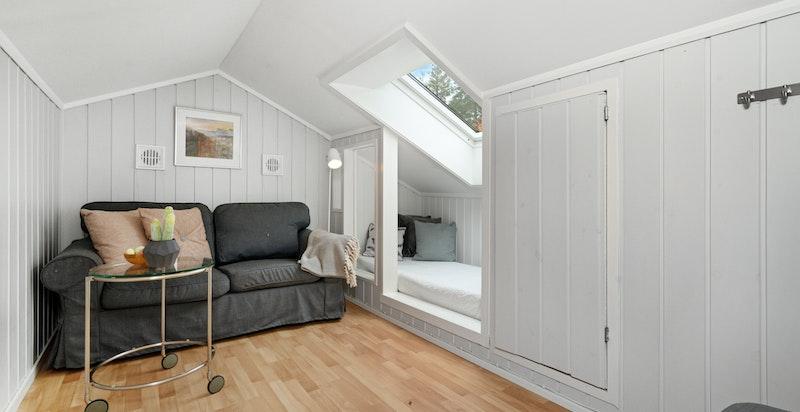 Hyggelig loftstue. Nåværende eier har benyttet dette rommet til gjesterom/soverom, men pga. lav takhøyde er det ikke målbart areal.