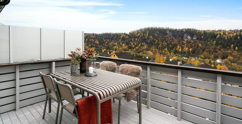 Her er det nydelig utsikt over dalen og mot fjorden