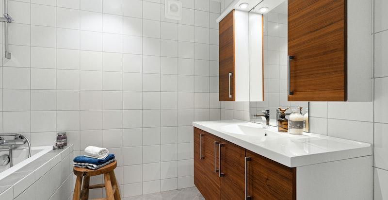 Badet har flislagt gulv med varmekabler, samt flislagte vegger
