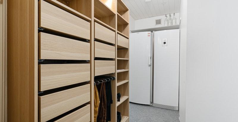 Fra walk-in/garderobe i 1.etg. Her har eieren også plassert fryser etc.