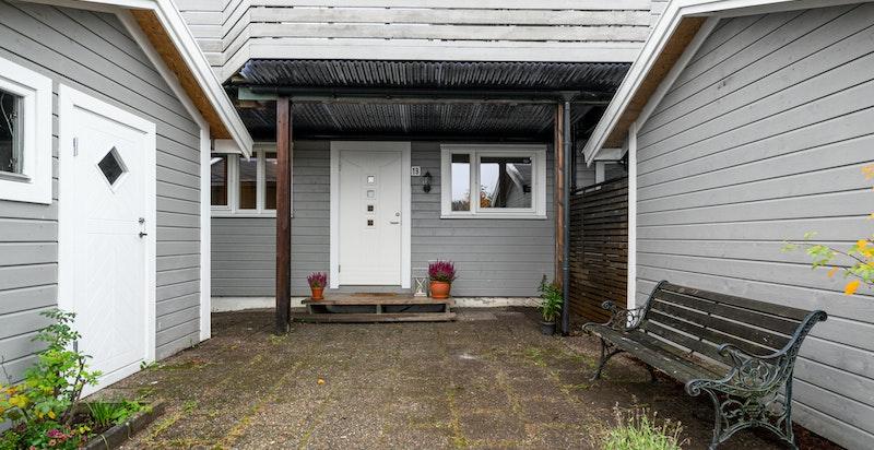 Inngangspartiet er overbygget pga. verandaen