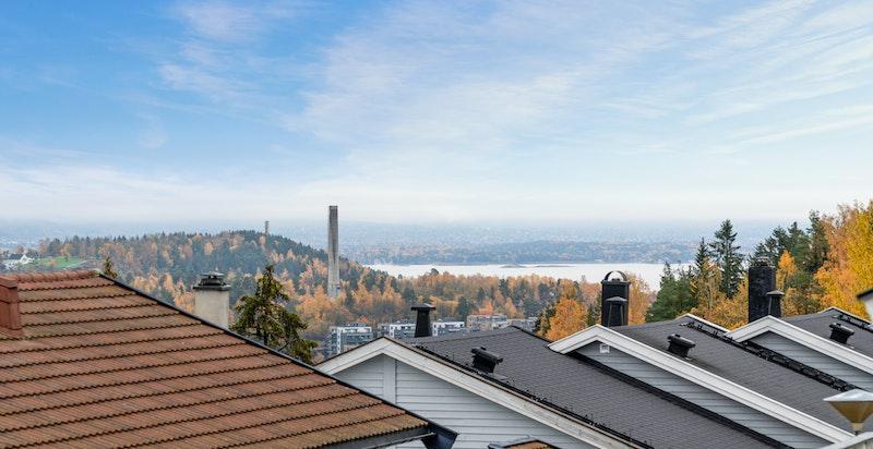 Det er flott utsikt mot dalen og mot Oslofjorden