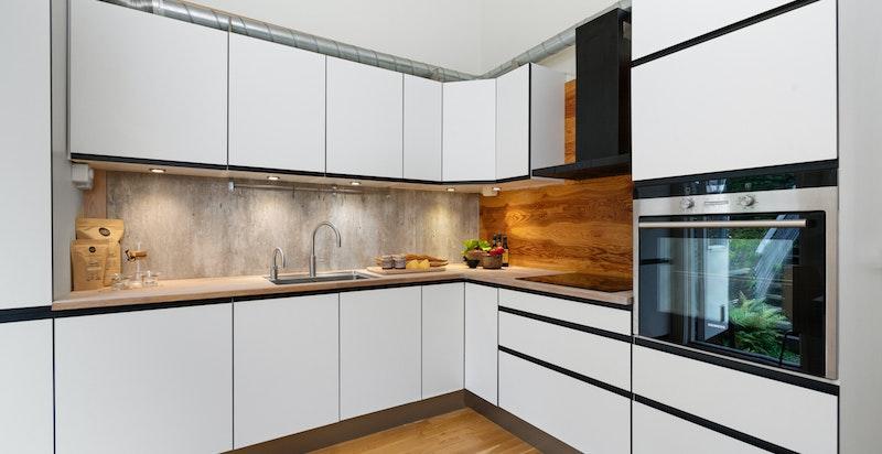 Moderne kjøkken levert av KVIK. Hvitevarer er fra Siemens.